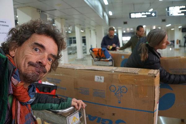 Am nächsten Morgen Check-In am Flughafen Imphal - unsere Veloboxen waren verklebt, als hätte Thomas Hirschhorn Hand angelegt...