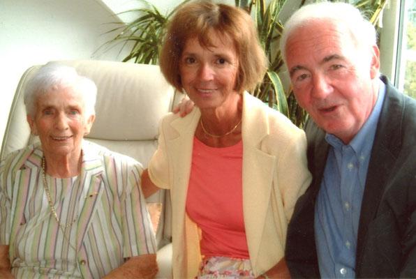 Susi an ihrem 92. Geburtstag zusammen mit dem Ehepaar Schneider (Frau Schneider ist Vorsitzende des SkF Koblenz, Herr Dr. Schneider berät die Stifung in rechtlichen angelegenheiten