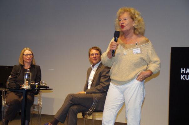 Cornelie Sonntag-Wolgast bei der Begrüßung der Gäste, im Hintergrund Alexander Klar und die Moderatorin Vera Fengler