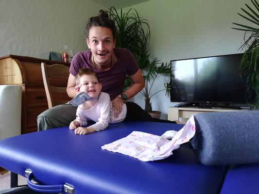 Daniel Lerch gibt einem Kind eine NeuroScanBalance Sitzung
