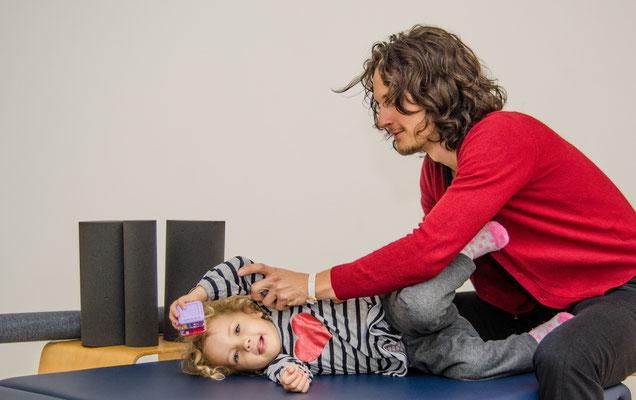Daniel Lerch bei einer NeuroScanBalance Sitzung mit Kind