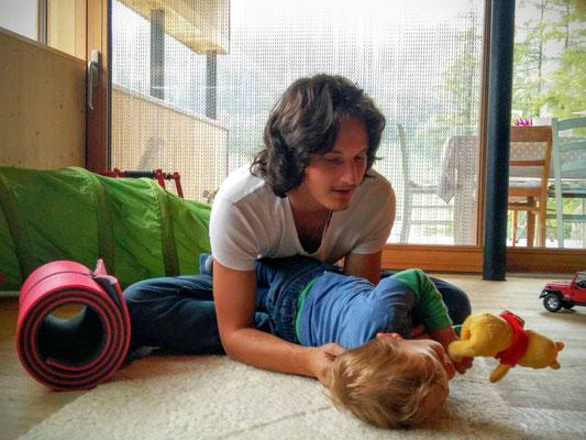 Daniel Lerch bei einer NeuroScanBalance Sitzung mit einem Kind