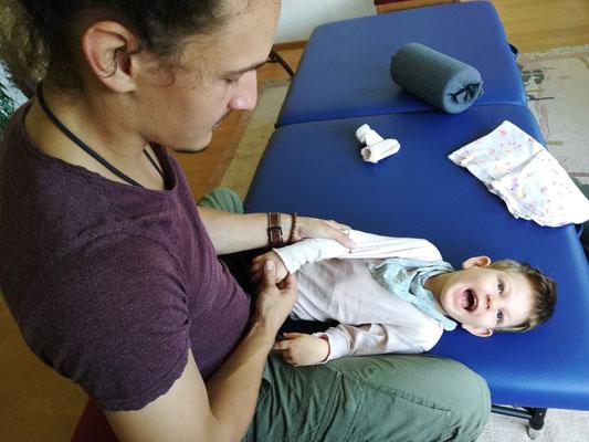 Daniel Lerch bei der Arbeit mit einem Kind