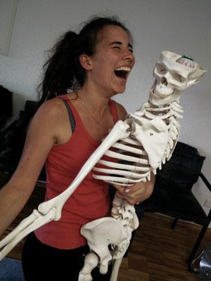 Ananda Lerch-Holz mit Skelett