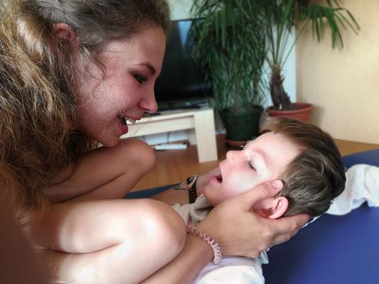 Marielle Faber bei einer Manuellen Feinmotorik (MF) mit einem Kind