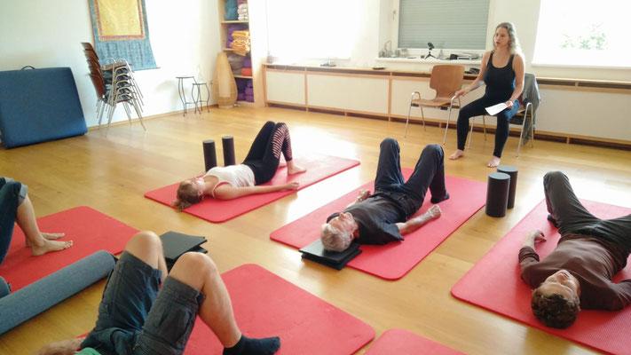 Marielle Faber beim Leiten des feinmotorischen Bewegungsprogrammes am Boden