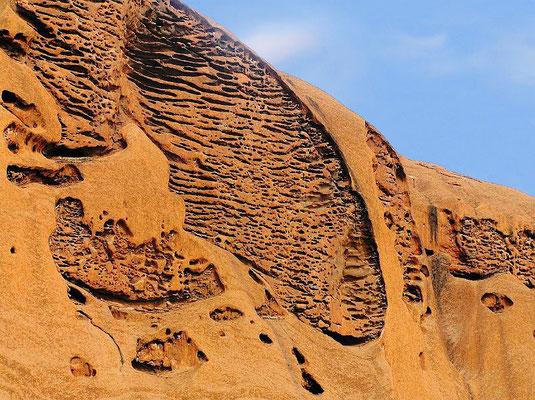 Der 1336 km² große Nationalpark, in dem neben dem Uluru auch die benachbarten Kata Tjuta (die Olgas) liegen, gehoert zum UNESCO-Weltnatur- und Weltkulturerbe.