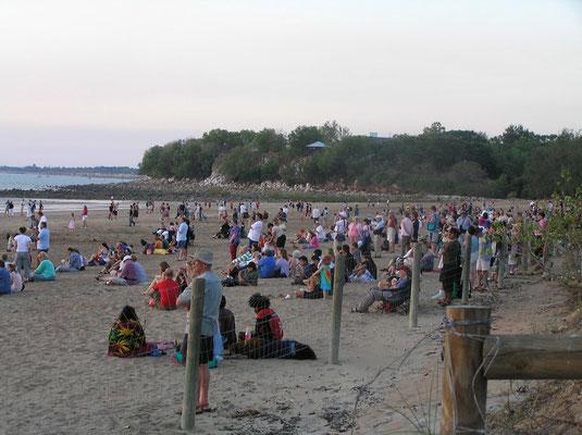 Am Strand von Darwin. Auf was warten all diese Menschen?
