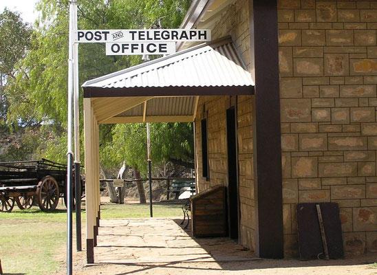 Da die Telegraphenverbindungen aufgrund der Widerstände der Leitungen nur eine begrenzte Strecke überbrücken konnten, musste eine Reihe von Telegraphenstationen inmitten des Outbacks errichtet werden.