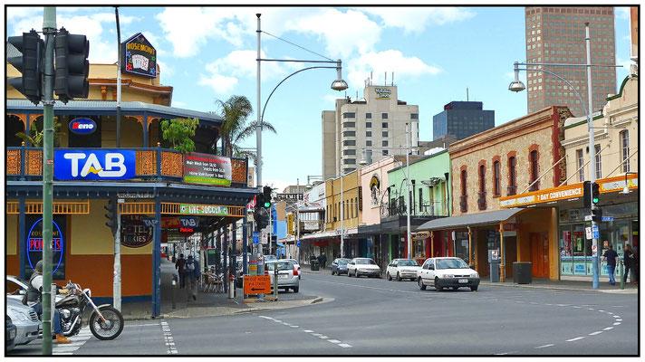 Hindley Street. Das ist das Vergnügungsviertel von Adelaide. Night Stripp