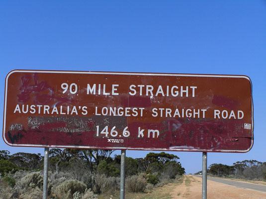 Ein Teil der Autostrecke ist mit 146,6 km die laengste voellig gerade befestigte Straße in Australien.
