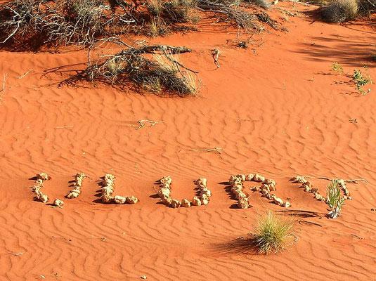 """Der Name """"Uluru"""" stammt aus, der Sprache der Anangu (Aborigines) und bedeutet """"Sitz der Ahnen""""."""