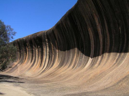 Der Wave Rock ist eine etwa 2,7 Milliarden Jahre alte Granit-Gesteinsformation, die durch Erosion und Witterung zu einer Welle geformt wurde. Die Welle ist 15 Meter hoch und etwa 110 Meter lang.
