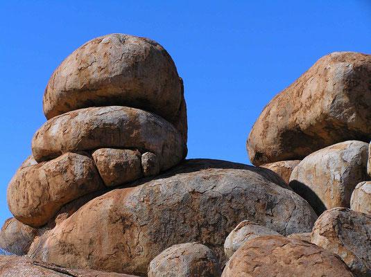 Die Devil Marbels sind kugelförmige Granitblöcke die zu beiden Seiten des Stuart Highways liegen, sind somit nicht zu verfehlen, zwischen Alice Springs und Darwin