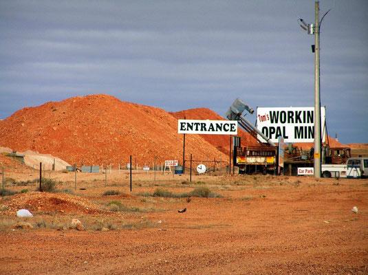 """Die Ortschaft nennt sich selbst """"Opal-Hauptstadt der Welt"""" und ist auch tatsaechlich die groesste Quelle dieser Edelsteine. Etwa drei Viertel der weltweiten Funde von weißen Opalen werden in der naeheren Umgebung von Coober Pedy gemacht. Hier der Eingang"""