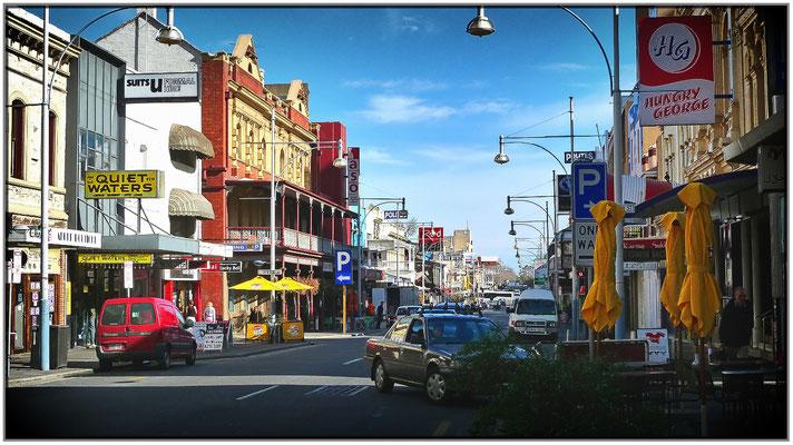 Hindley Street. Das ist das Vergnügungsviertel von Adelaide.