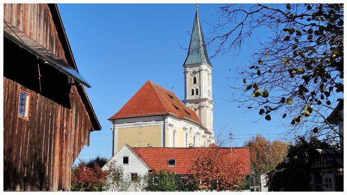 Katholische Pfarrkirche Heilig Kreuz aus westlicher Ansicht.