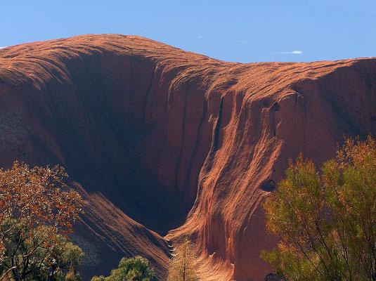 """Der Uluru ist kein Monolith, sondern lediglich Teil einer größtenteils unterirdischen Felsformation, die darüber hinaus auch die """"Kata Tjuta"""" umfasst."""