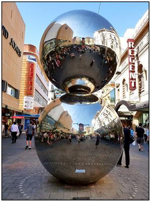 Silberkugeln in der Rundel Mall, vor Kaufhaus David Jones.