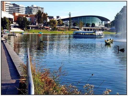 North Terrace. Links Festival Centre und in der Mitte Convention Centre (Messe)