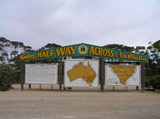 """Eine riesige Tafel am Highway von Kimba verkuendet, dass man jetzt """"halfway across"""" sei, also irgendwie genau zwischen der West- und der Ostkueste Australiens."""