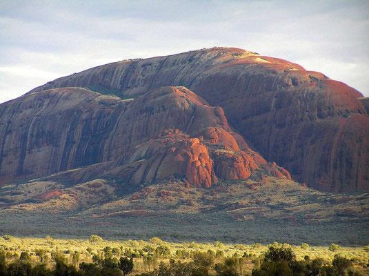 Die Kata Tjuta sind vor ca. 600 Mio. Jahre gemeinsam mit dem Uluru entstanden und sind mit diesem unterirdisch verbunden. Im Gegensatz zum kompakten Uluru bestehen die Kata Tjuta aus einem grobkörnigen Konglomerat aus Granit, Gneis und weiterem vulkanisch