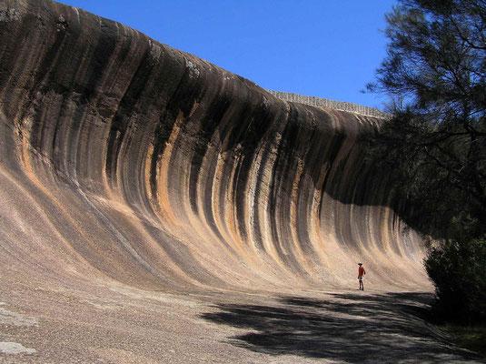 Die Formation ist eine der beliebtesten Naturattraktionen Australiens und liegt in der Naehe von Hyden ca. 150 km oestlich von Perth. Mehr als 140.000 Besucher kommen Jahr für Jahr, um die beeindruckende Welle zu sehen.