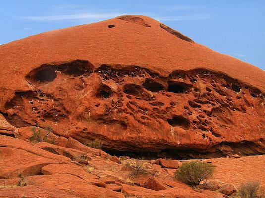 Der Uluru liegt im Uluru-Kata-Tjuta-Nationalpark nahe dem Ort Yulara, ca. 340 km (Luftlinie) bzw. 450 km (PKW) südwestlich von Alice Springs im Northern Territory von Australien.