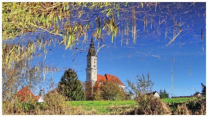 Katholische Pfarrkirche Heilig Kreuz. Spiegelbild im Wasser