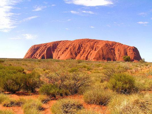 Der Uluru, auch Ayers Rock, ist ein großer Inselberg aus Sandstein in der zentralaustralischen Wüste im Northern Territory.
