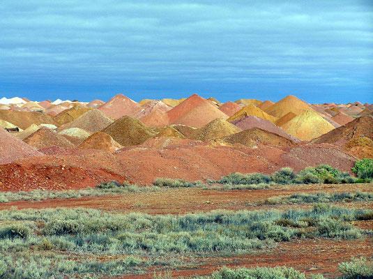 Die riesigen Abraeumhalden von Coober Pedy , mit ihren verschiedenen Gesteinsfarben, sehen wie skurrile Landschaften aus.