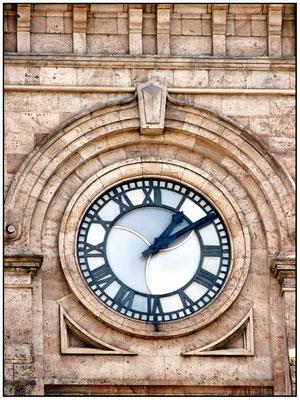 Detailaufnahme von der Uhr in der Hauptpost.