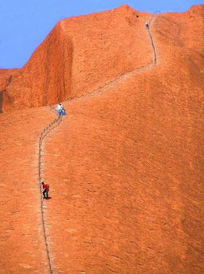Der Felsen wird von den lokalen Aborigines als Heiligtum angesehen, der aus ihrer Sicht nicht bestiegen werden darf. Das Besteigen des Uluru ist auf der gekennzeichneten Strecke erlaubt, aber von den Anangu nicht gern gesehen. Sie hindern aber niemanden