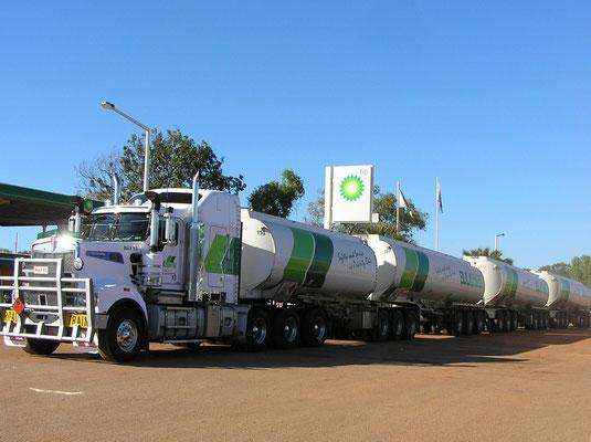Road Trains sind lange Lastkraftwagen-Kombinationen mit mehreren Anhängern bis zu 53,5 m Länge und bis etwa 140 Tonnen Gesamtgewicht