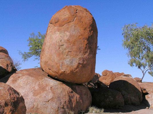 Die ursprünglich eckigen Granitblöcke von Devil Marbels wurden über Millionen von Jahren durch Erosion rund geschliffen.