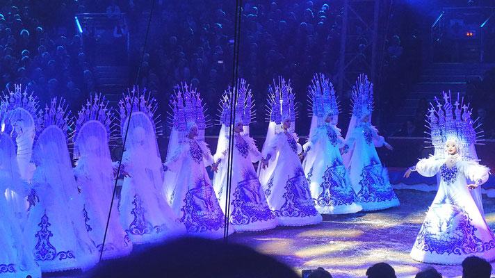 Die Eisköniginnen vom Royal Circus unter der Leitung von Gia Eradze aus Russland.