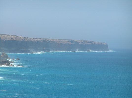 Oft wird mit Große Australische Bucht aber nur das Gebiet zwischen Cape Pasley in Western Australia und Cape Carnot auf der Eyre-Halbinsel in South Australia verstanden. Auch diese beiden Punkte liegen noch 1.160 km voneinander entfernt.