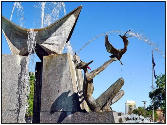 Der Brunnen im Norden des Platzes wurde von Künstler John Dowie entwickelt.