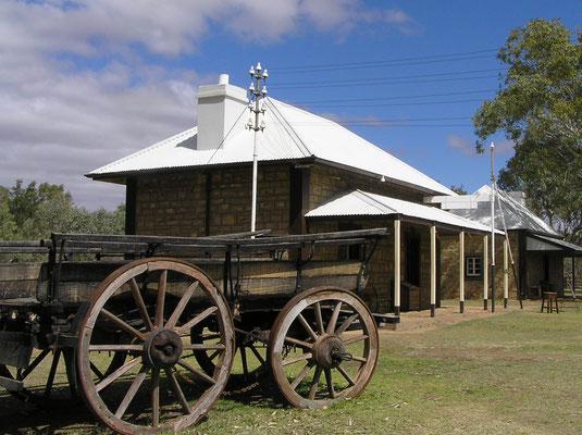 Alice Springs entstand 1872 im Zuge des Baus der Transaustralischen Telegrafenleitung, die Australien von Süd nach Nord durchqueren und weiter über Indonesien nach Europa führen sollte.