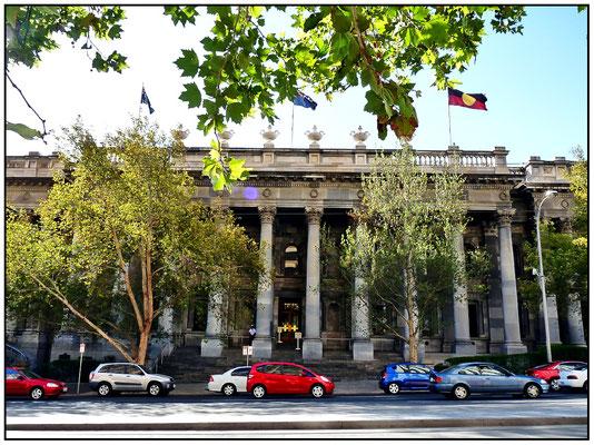North Terrace. Parlamentshaus auch mit der Flagge der Aborigines.
