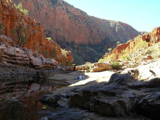 Bei Sonnenschein leuchten die hohen Felswände der Schlucht in verschiedensten Farben, was auf den unterschiedlichen Mineralien des Gesteins zurückzuführen ist.