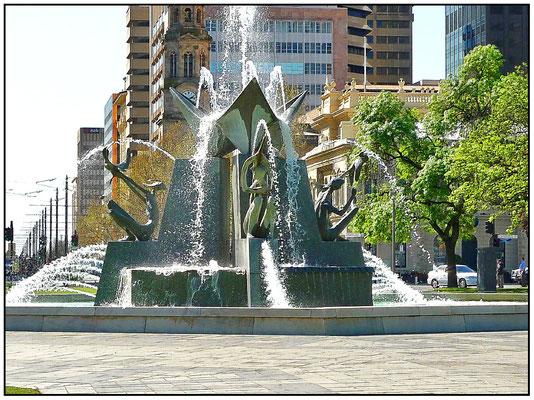 Brunnen am Victoria Square. Sein Wasser erhält er von den drei Adelaider Flüssen, Torrens, Onkaparinga und Murray.
