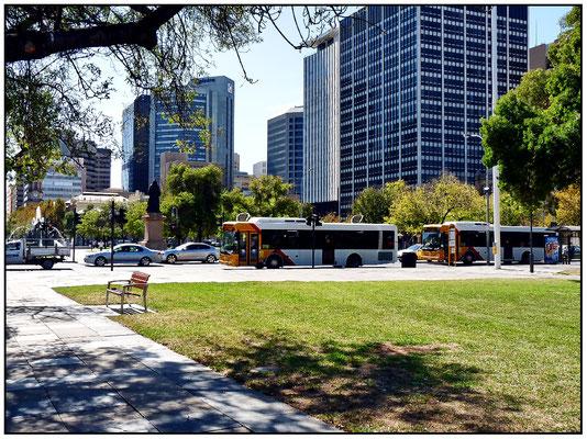 Der Victoria Square wird von den wichtigsten öffentlichen Institutionen begrenzt, wie der Supreme Court of South Australia, Adelaide Magistrates 'Court, der Federal Court of Australia, dem Finanzministerium und der Adelaide General Post Office.