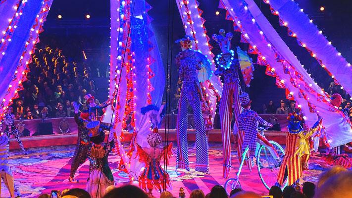 Der Gia Eradze Royal Circus aus Russland zieht pompös, bunt und melodramatisch mit ständig wechselnden Kostümen alle Register.