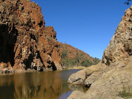 Der Finke River durchfließt den südlichen Teil der MacDonnell Ranges durch die Glen Helen Schlucht