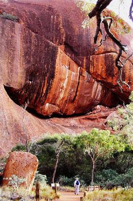 Um den Uluru ranken sich Legenden der australischen Ureinwohner, die Begebenheiten der Traumzeit erzählen und dadurch Unregelmäßigkeiten im Aussehen der Felsen zu erklären versuchen (darin liegt auch die besondere Heiligkeit bestimmter Plätze begründet