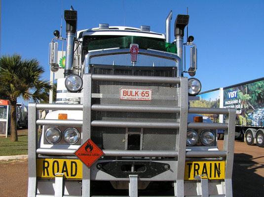 Ein großer Teil des Warenverkehrs im Outback wird über die so genannten Road Trains transportiert .