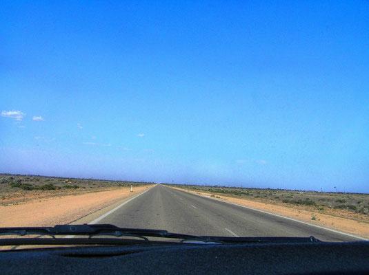 """Die Nullarbor-Wueste (von lat. nulla arbor = """"kein Baum"""") ist eine flache, weit ausgedehnte Karstwueste im suedlichen Australien direkt an der Großen Australischen Bucht. Sie ist mit rund 200.000 Quadratkilometern das groeßte Stueck Kalkstein der Welt. An"""