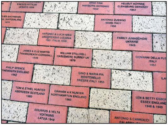 Kintore Avenue. Eingang zum Migration Museum. Namen von Einwanderern auf dem Fussboden.