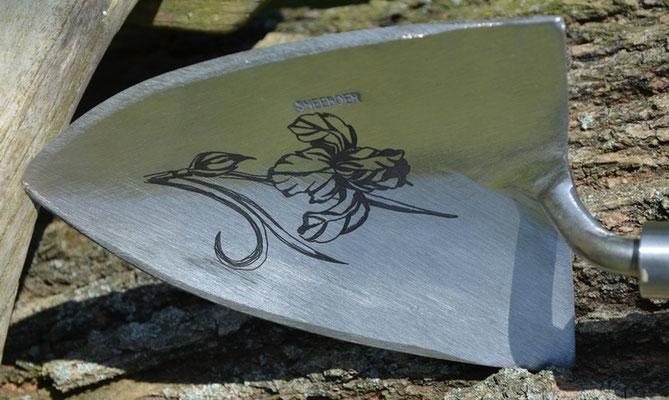 Lasergravur auf dem Schaufelblatt einer Pflanzkelle